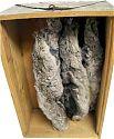 Chinchillafelle hängend im Holzkasten